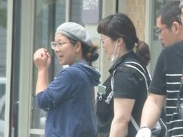 大麻取締法違反(所持)の罪で起訴された佐々木愛被告(左)=5月16日、福井県大野市