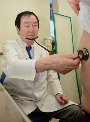 大学長退任後に医療現場復帰、診察