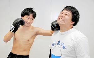 相方の飯めしあがれこにおさん(右)にパンチを決めるクレヨンいとうさん=福井新聞社