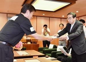 福井市議会の青木幹雄議長(左)から支援要望書を受け取る西川一誠知事=6月20日、福井県庁
