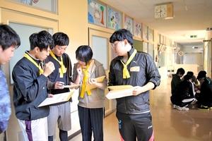 休校校舎内で謎解きゲームに挑む内定者=14日、福井県あわら市波松小