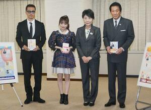 上川法相(右から2人目)を表敬訪問したEXILEのATSUSHIさん(左端)、杉良太郎さん(右端)ら=23日午後、法務省