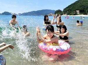 今年初の猛暑日となり、水晶浜で海水浴を楽しむ人たち=11日、福井県美浜町竹波
