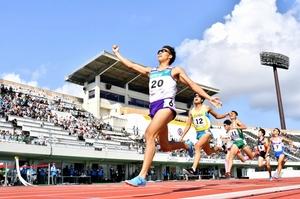 陸上成年男子800メートル決勝 1分47秒45の大会新で優勝した村島匠(左)=福井市の9・98スタジアム