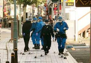 現場付近を調べる神奈川県警の捜査員=3日午前8時30分、神奈川県横須賀市