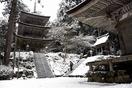 雪化粧の寺、水墨画のような風景