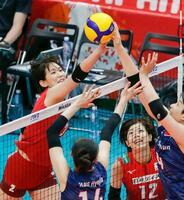 日本―韓国 第3セット、ネット際で競り合う古賀。右下は佐藤=横浜アリーナ