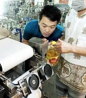 フォーの新型製麺機をチェックするアジチファームの伊藤武範社長=3月、ベトナム・ハノイ