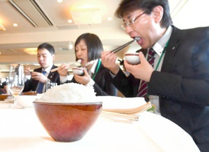 「いちほまれ」の試食会で、炊きたてのご飯やちらしずしなどを味わう参加者=19日、東京都文京区のホテル椿山荘東京
