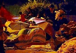 四川省綿陽市で、地震の余震を恐れ屋外で 寝る人たち=13日未明(共同)
