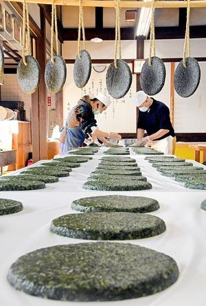 ヨモギ香る伝統の円盤ずらり