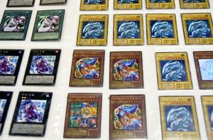 押収された「遊戯王」偽造トレーディングカードの一部。左2列は別作品のキャラクターで作られた偽造カード=2月12日、福井県警鯖江署