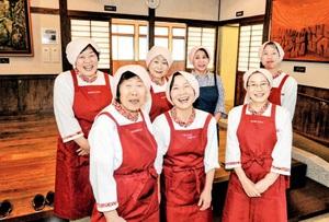 フードキャラバンの主役は「一乗ふるさと料理クラブ」の女性たち。チームワークは抜群=福井市東新町の一乗ふるさと交流館