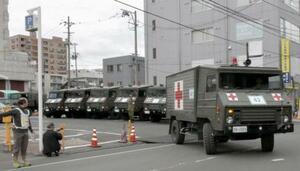 岩手医科大の付属病院移転に伴い、患者を乗せて新病院へ向かう自衛隊車両=21日午前、盛岡市