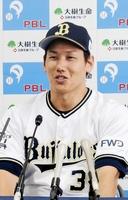 9月の月間MVPを受賞し、記者会見するオリックスの吉田正尚=大阪府大阪市