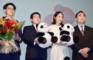 上海国際映画祭の「日本映画週間」の開幕式で記念撮影に応じる田中亮監督(左端)や女優の井上真央さん(右から2人目)ら=16日、上海(共同)