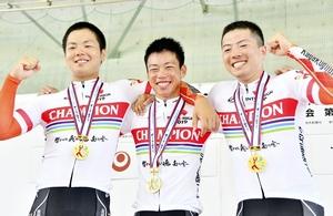 全国高校総体・自転車男子チームスプリントで初優勝を果たし笑顔の科学技術メンバー(左から竹澤雅也、竹村虎太郎、市田龍生都)=7月31日、沖縄県総合運動公園