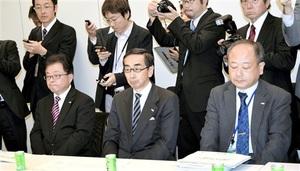 与党整備新幹線建設推進PTの検討委員会に出席した西川一誠知事(中央)=22日、衆院議員会館