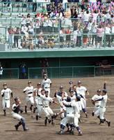 24年ぶりに全国高校野球選手権福井大会で優勝し喜ぶ北陸ナイン=7月、福井県営球場