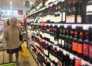 ベルギー・ブリュッセルにあるスーパーの酒類売り場。ワインとビールが大半を占め、蒸留酒は少ない=12日(共同)