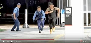 西坂大治被告がユーチューブに投稿した動画の一場面(一部加工)