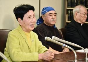元裁判官熊本典道さんの陳述書を東京高裁に提出後、記者会見する袴田巌さんの姉秀子さん(左)=13日午前、東京・霞が関の司法記者クラブ