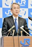 定例記者会見で、北陸新幹線小浜・京都ルートの並行在来線について「全くの白紙」と述べるJR西日本の来島社長=21日、大阪市の本社