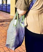 スーパーの買い物客が持参するマイバッグ=島根県松江市内(本文とは直接関係ありません)