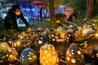 越前焼の照明2300個、優しい光