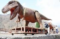 巨大恐竜親子、道の駅に戻る