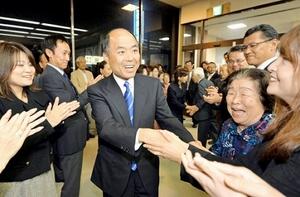 駆けつけた支持者と笑顔で握手する奈良氏(中央)=20日午後10時5分ごろ、福井県越前市府中1丁目の選挙事務所