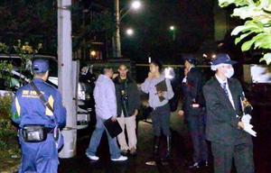 外国人男性が刺された現場付近を調べる捜査員ら=9日午後10時59分、東京都立川市