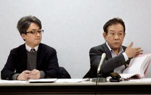 「ヤマハ英語講師ユニオン」について説明する岩城穣弁護士(右)ら=24日午後、大阪市
