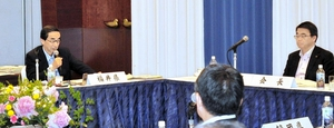 北陸・中京新幹線の検討を提案する西川福井県知事(左)=2日、大津市