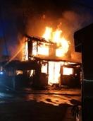 福井の住宅地で夜火事、住宅全焼