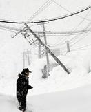 落雪で電柱傾く、停電防止へ警戒
