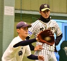 キャッチングなどを見る阪神の藤浪晋太郎投手(右)=福井県福井市角折町の金井学園室内練習場