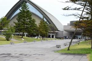 敷地内でクマが目撃された福井県立音楽堂=10月22日午前9時40分ごろ、福井市今市町