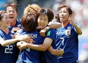 14日の1次リーグ、スコットランド戦でゴールに沸く日本の選手=レンヌ(共同)