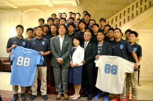四国アイランドリーグplusの選手らと記念撮影に応じる松井秀喜さん(1列目左から3人目)=17日、ニューヨーク(共同)