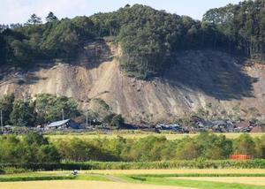 多数の犠牲者を出した北海道厚真町吉野地区の土砂崩れ現場=17日午後