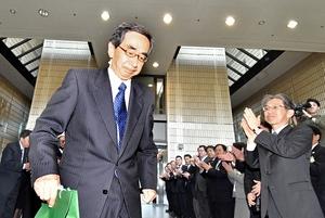 感極まった表情で福井県庁を後にする西川一誠知事=4月22日