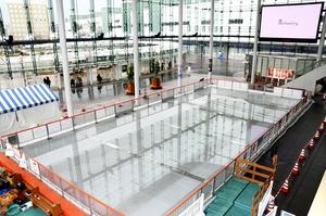 オープンに向け準備が進む「すまいるスケートハピリンク」=12月19日、福井県福井市のハピテラス