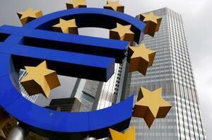 欧州単一通貨ユーロのロゴ=26日、ドイツ・フランクフルト(ロイター=共同)