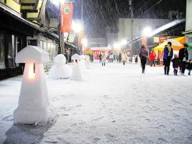 雪灯ろう城下町照らす