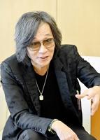 講演で古里を訪れインタビューに答える藤田宜永さん=2015年3月、福井新聞社
