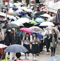 昨年の梅雨入りに、東京・原宿で開いた「傘の花」=2018年6月