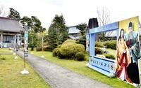 今春設置も、客足遠く ゆかりの称念寺(坂井) 人出待つフォトパネル