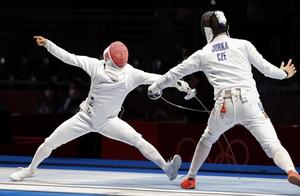 東京オリンピックのフェンシング男子エペ個人2回戦 チェコのヤクブ・ユルカ(右)からポイントを奪う見延和靖=7月25日、千葉県の幕張メッセ