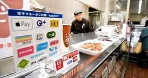 電子マネーの決済端末を導入した食肉店。「最近、鯖江でも電子マネーを利用する客が増えてきた」と店主は話す=13日、福井県鯖江市